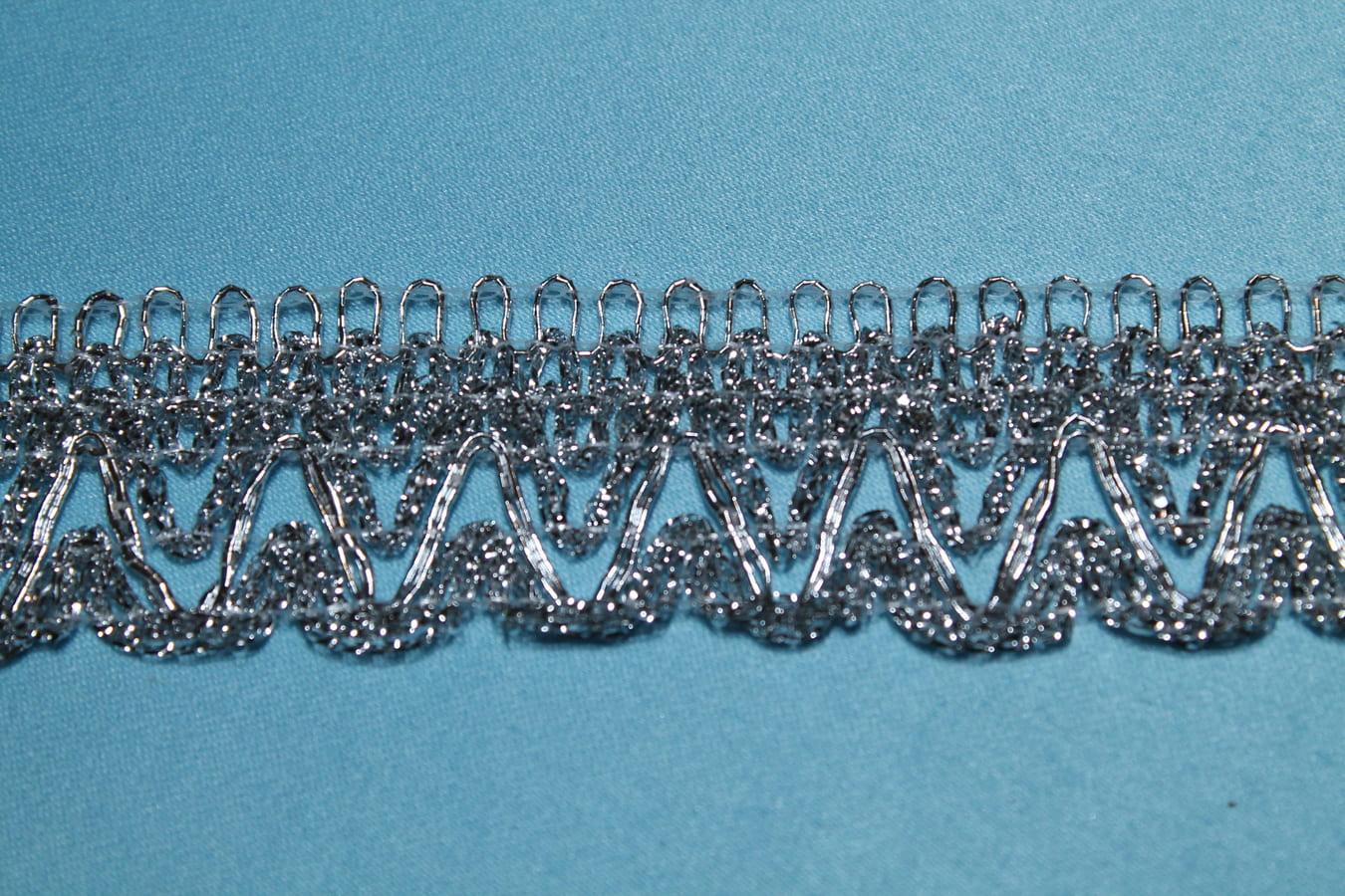 Бахрома  металлизированная  с декоративными зубчиками.